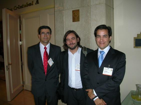 Nelson Torres, Gerente de Operaciones de Editec, Joaquin Jara, Analista de COCHILCO y Eduardo Zamanillo, Jefe de Recursos Minerales de Mitsui, -respectivamente orador y asistente de Latin Exploration 2009- luego de la charla de COCHILCO.